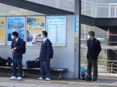 卯之町駅で列車を待つ